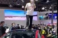 女买车人大吵大闹展特斯拉汽车展位,上海市警察已干预调研